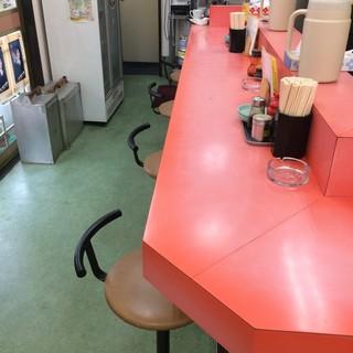 とみさん - お一人様は、基本このカウンター席ですね、オープンキッチンなので、ご主人の手際が拝見できます