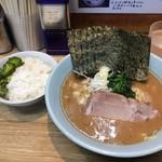 横浜家系 侍 - ラーメン ¥750円(海苔増し 50円)+半ライス(¥50円)