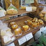 BAKE HOUSE テディ - カウンターの横にはお得なパンが並びます。
