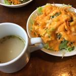 59027992 - お冷やとともに(席に着いたら出された)スープと、ランチのサラダ