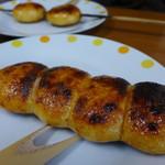 割田屋 - 赤味噌だれが旨い。 手前が普通の焼きまんじゅう(200円)