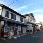 割田屋 - 下之町は、沼田で一番賑やかな場所です。店の前には自由な駐車区画が。