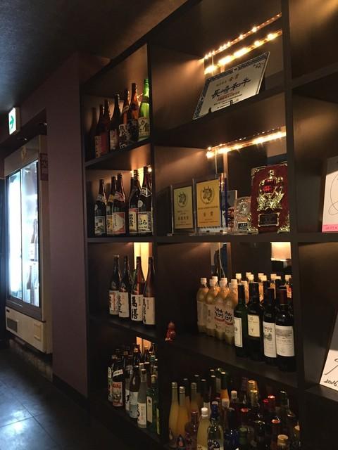 大阪屋 浜町店 - お酒の種類も豊富です。有名人のサインもちらほら