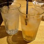 ジョグール カフェ - 左:トニックウォーター 右:ジンジャーエール けっこう大きめのグラス♪