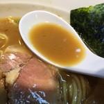 中華そば煮干しや - 煮干し豚骨そば(850円)スープ
