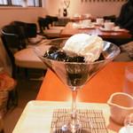 カフェ デ コウサイアン - 満席のテーブル席