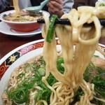 尾道ラーメン 丸ぼし - 麺はこんな感じ 画像ほど太く感じない