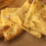 インドカレー ナマステ ポカラ - クリームチーズナンのアップ