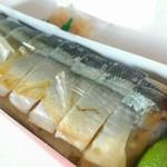 柿の葉寿し本舗 - 旬の秋刀魚の棒寿司980円税込、美味!