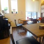Cafe Anmar - 左手にピアノ
