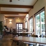 POPU - 店内は  テーブル間隔が広く  天井が高く  解放感が あります\(^o^)/