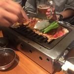 大阪焼肉・ホルモン ふたご  - 和牛包めるカルビ