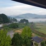 ゆふいん湯めぐりホテル 山光園 - 部屋から見える由布岳に、朝霧がかかった幻想的な景色