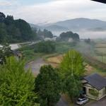 ゆふいん湯めぐりホテル 山光園 - 「ゆふいん湯めぐりホテル 山光園」の部屋から見える由布岳と朝霧の様子
