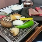 ゆふいん湯めぐりホテル 山光園 - 野菜と鮑もじわじわと網焼き、和王牛も焼けてきた~♪