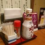 地酒とそば・京風おでん 三間堂 - [内観] 店内 テーブル席 卓上調味料類 ①