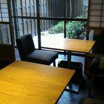 59086809 - 奥の部屋のテーブルと中庭
