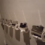 59087225 - トイレには何故かペーパーホルダーが6個も。