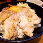 the 肉丼の店 - 鶏肉はジューシー、意外と薄味であっさり