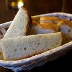 goffo - 自家製パンも美味い。手前が名物のトスカーナのパン