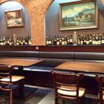 キッチン・ゴン - 店舗奥はテーブル席スペースになっている。