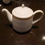 銀座アスター - お茶がポットで出てきます
