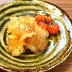 中国菜エスサワダ - クラゲの甘酢あえ トマトの杏露酒漬け添え