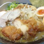 麺屋 武一  - ガッツリ鶏つくし醤油ラーメンは野菜、メンマ、海苔、半熟煮玉子、鶏チャーシュー、鶏唐揚げが入った豪華仕様な一品。