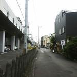 59099665 - 右に見える黒い建物が魚貴。本厚木駅から徒歩4分くらいかな。小田急線の高架斜め下にあります。