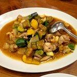 黄さんの家 - 若鶏とカシューナッツの秋野菜 彩炒め \880