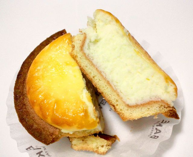 ベイクチーズタルト 立川店 - 半分にカットしてみました。