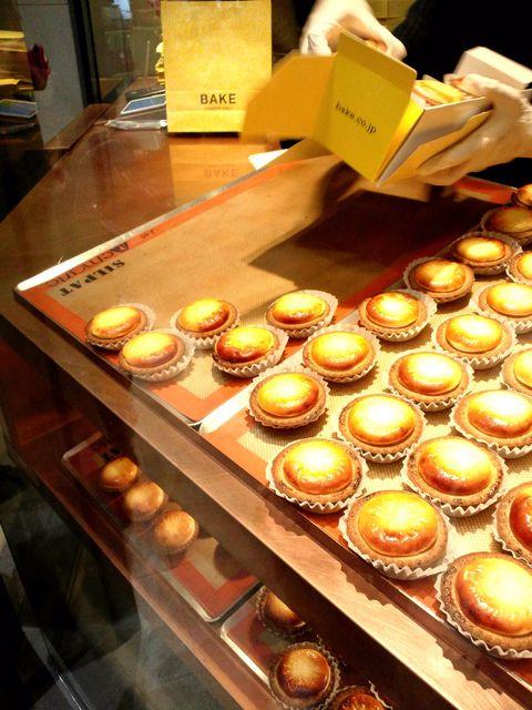 ベイクチーズタルト 立川店 - テキパキと入れてくれます。