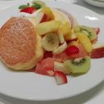 59106200 - 季節のフレッシュフルーツパンケーキ