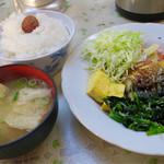 丸吉食堂 - 料理写真:ごはんに 梅干しトッピングで自分なりの おふくろ定食完成♪