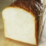 ベーカリー ダンクブロート - 料理写真:湯種で発酵させたもちもち、ふんわりな味わい深い食パンです。トースト無しでそのまま食べても美味しいとご好評をいただいております。