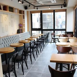 スタイリッシュで心地良い*新大久保の白が基調のカフェ空間☆