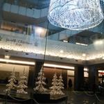 59114343 - 店の中からは美しいクリスマスイルミネーションが見えます。