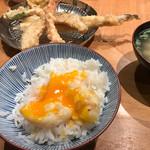 天ぷらめし 金子半之助  - たまごの天ぷらをご飯に乗せて、すーと割って、醤油少々、七味をかけていただくのが、半之助流。