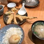 天ぷらめし 金子半之助  - 穴子の天ぷらめし 次は、海老、烏賊のかき揚げ、大葉で巻いたかしわ天、かぼちゃ天。これで以上。 結構なボリュームでした。