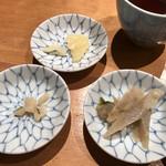 天ぷらめし 金子半之助  - この三品はカウンター前にありお好きにどうぞとのこと。きんぴらが絶品!写真右下です。