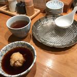 天ぷらめし 金子半之助  - まずは黒豆茶と天つゆが運ばれてきます。