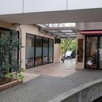パン ド グランディール - マンション1階ホールの右手に店構えあり