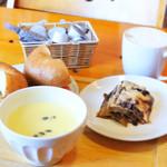 59117212 - プレーンベーグルサンド・自家製スモークサーモン&クリームチーズ/ナスとミートソースのラザニア/栗かぼちゃのスープ/カフェラテ