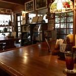 離山房 - 内観(入口脇にはジョンの忘れ物と使用したコーヒーカップ)