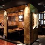 炭火焼肉酒家 牛角 若葉台店 - 店内入口近くのテーブル席