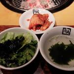 炭火焼肉酒家 牛角 若葉台店 - サラダ、キムチ、わかめスープ(ランチ スタミナガーリックカルビ定食)