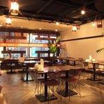 紅虎餃子房 - 本格中華の雰囲気でお出迎え。昼は陽光が差し込むさわやかな席。