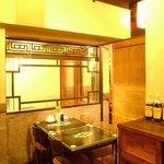 紅虎餃子房 - 本場中国の家具に囲まれた店内★グループ席は会社帰りのプチ宴会に♪