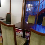 zushi curry - 店内②奥にテーブル席があります