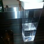 59138769 - 出しずらいペットボトル(手前の小さい口から水を灌ぐ)